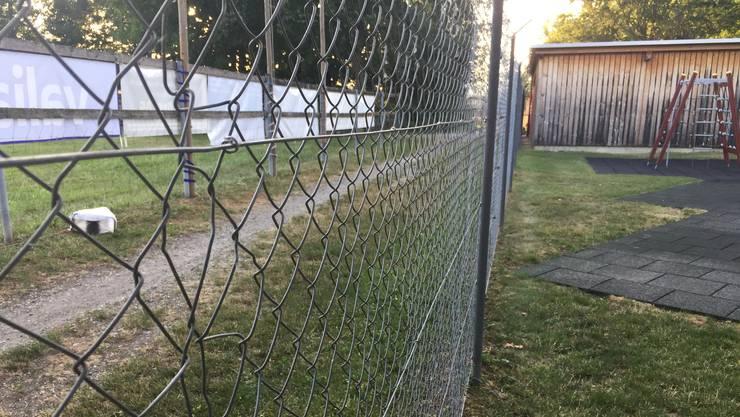 Hier durchschnitten die Unbekannten den Zaun. Inzwischen wurde das Loch geflickt.