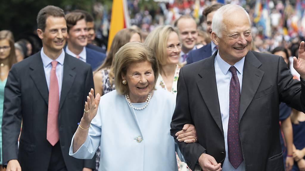 Die fürstliche Familie mit (von links nach rechts): Erbprinz Alois von und zu Liechtenstein, Fürstin Marie, Erbprinzessin Sophie und Fürst Hans-Adam II. von Liechtenstein, bei der 300-Jahr-Feier am 15. August 2019.