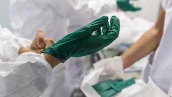 In der Schweiz ist eine weitere Person am Coronavirus gestorben. (Symbolbild)