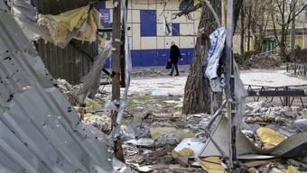 Eine zerstörte Strasse im Dorf Oktiabrskiy in der Nähe des internationalen Flughafens von Donezk (Symbolbild)