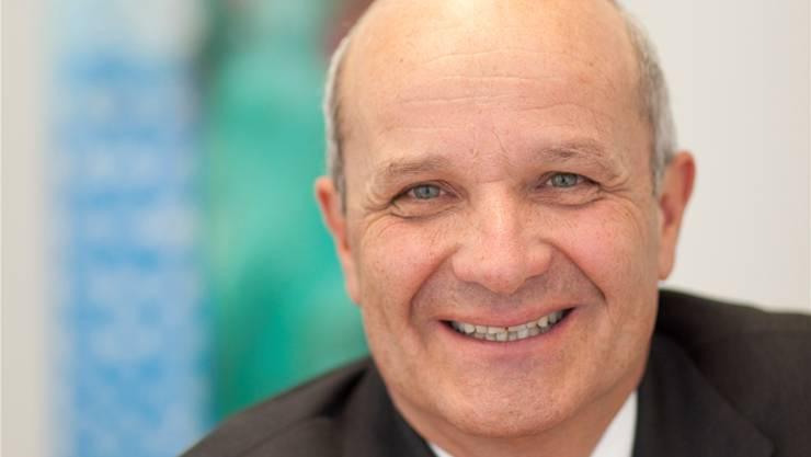 Martin Naville (57) ist seit 2004 Direktor der Schweizerisch-Amerikanischen Handelskammer, der «Swiss-American Chamber of Commerce». Vor seiner Tätigkeit bei der «AmCham» war der studierte Jurist bei der Bank JP Morgan und danach bei der Beratungsgesellschaft Boston Consulting tätig.