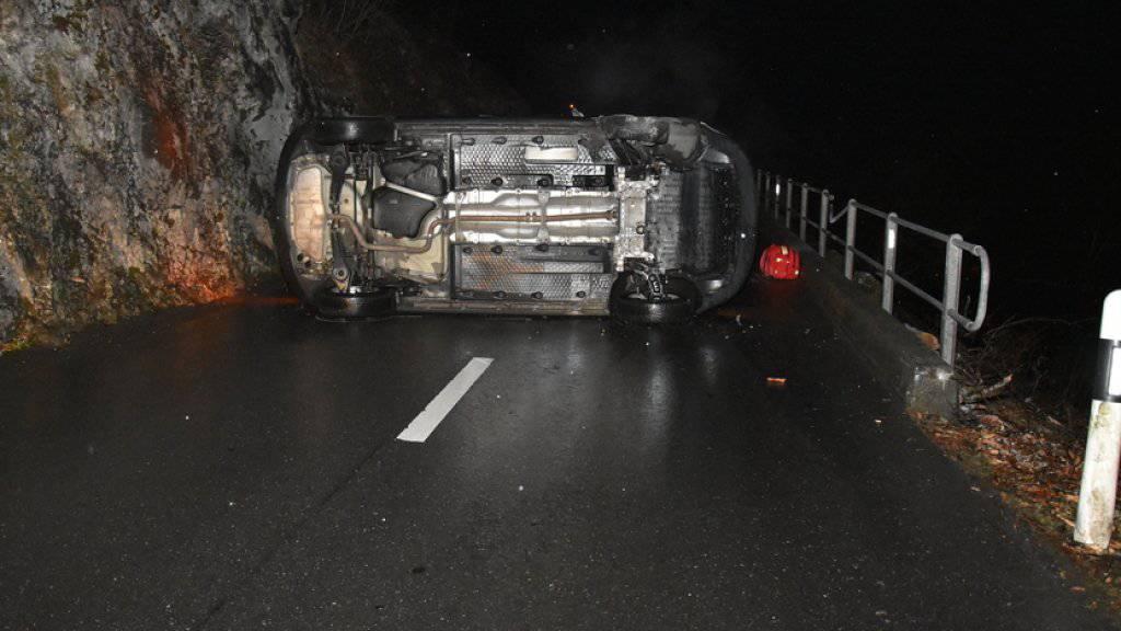 Eingeklemmt: Der Lenker dieses Autos musste nach dem Unfall auf der Bürgenstockstrasse von der Feuerwehr befreit werden.