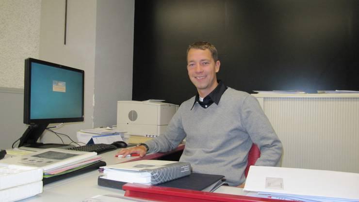 Büro-Test: Florian Wunderlin ist noch Gemeindeschreiber von Wil, hat sein Büro aber schon im Verwaltungszentrum der künftigen Gemeinde Mettauertal eingerichtet. nem