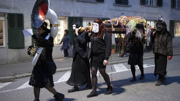 Lätschete in Bad Zurzach: Die Bahrenträger bringen Prinz Karneval erst vom Sternenbrunnen im Oberflecken zum Verenamünster.