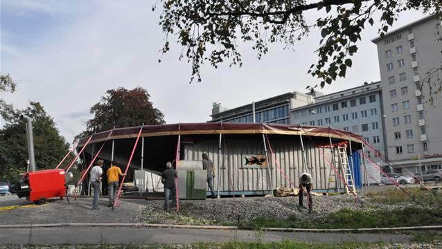 Nikolaus Wyss bemängelt, dass der heutige Stadtplatz — hier während dem Aufbau des Comedy-Herbst-Zelts — «nur ab und zu und mit nur sehr mässigem Erfolg partiell für Aktivitäten genutzt wird».