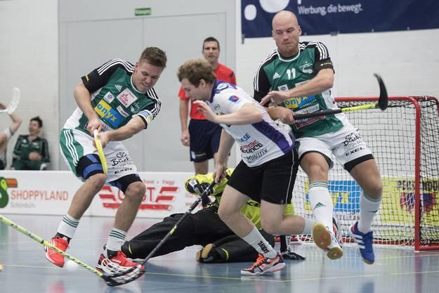 Philipp Fankhauser links, und Henrik Olofsson, rechts, im Kampf um den Ball gegen Rychenbergs Pascal Kern