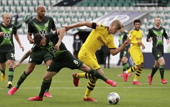 Renato Steffen (l.) luchst Dortmunds Shootingstar Erling Haaland den Ball ab.