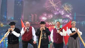 Thomas P. von Arx, Hansjörg Schneider, Peter Lindemann, Patrik Noser, Prisca Schneitter (aus Lommiswil) werden bald zum Feuerwerk spielen.
