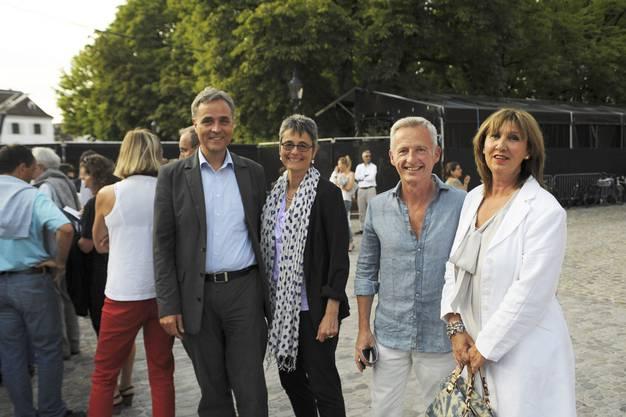 Guy Morin, Regierungsrat mit Christa Züger und Hans Peter Gass, Regierungsrat mit Silvia Gass stehen wie alle anderen auch in der Schlange.