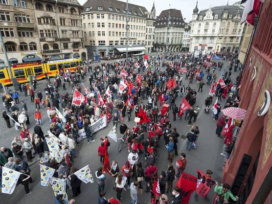 Für die Kundgebung versammelten sie sich auf dem Marktplatz.