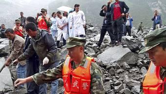 Rund 3000 Helfer sind nach einem massiven Erdrutsch in China im Einsatz, um noch Überlebende zu finden.