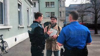 Nenad Stojanovic im Gespräch mit Kantonspolizisten vor dem Hübelischulhaus. zvg