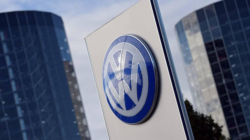 Wer bis Ende November auspackt, darf bleiben. VW sichert aussagebereiten Mitarbeitern eine Amnestie zu. Logo des Unternehmens in der sogenannten «Autostadt» in Wolfsburg.