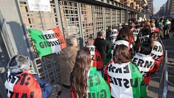 Erinnern an die Asbestopfer in Italien: Menschen vor dem Gericht in Turin