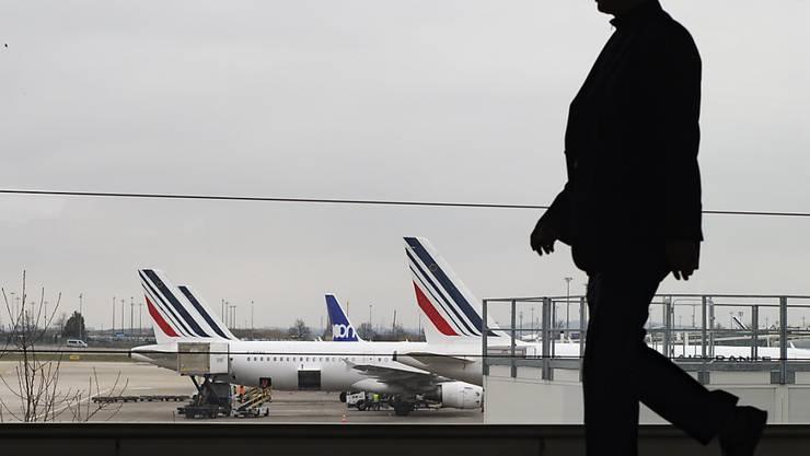 Die Piloten der französischen Fluggsellleschaft Air France verlangen sechs Prozent mehr Lohn. Das Management will ihnen lediglich ein Plus von einem Prozent anbieten. (Symbolbild)