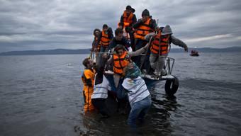 Flüchtlingsboot bei der Ankunft auf der griechischen Insel Lesbos. (Archivbild)