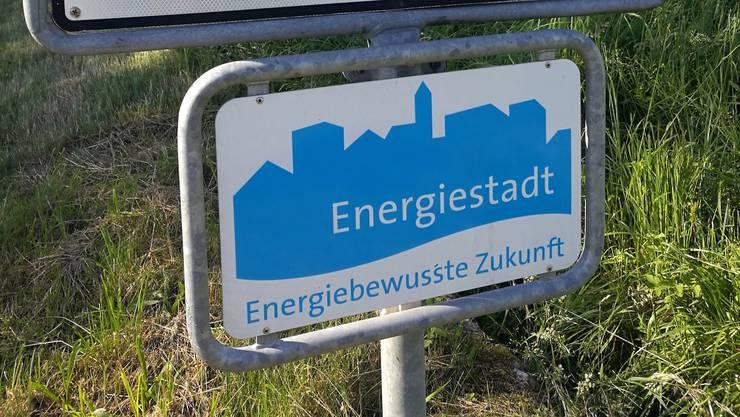 Tafel Energiestadt am Ortseingang. Diese hier steht in Lenzburg. Gibt es demnächst auch eine für Buchs?