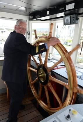 Hinter dem Steuer: Kapitän Ernst Bosshard.
