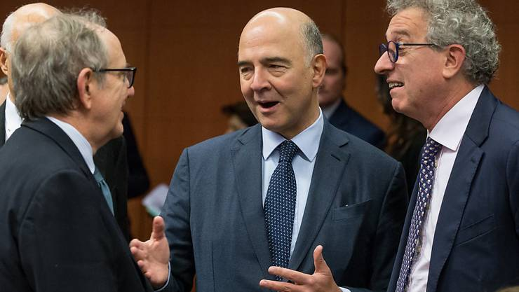 EU-Wirtschaftskommissar Pierre Moscovici (Mitte) forderte am Dienstag beim Treffen der EU-Finanzminister eine glaubwürdige Schwarze Liste mit Steueroasen noch in diesem Jahr.