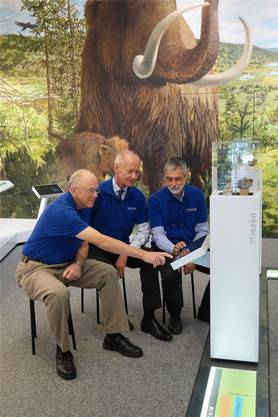 Rudolf Hauser, Felix Wittwer und Heinz Furrer testen das neue Info-System.