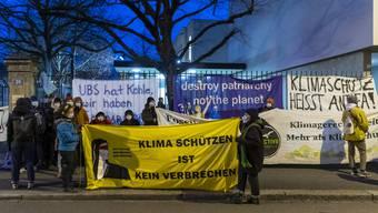 Rund 50 Personen protestierten zum Prozessauftakt vor dem Basler Strafgericht.