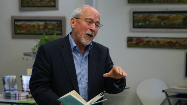 Gewitzter Erzähler: Peter Eggenberger unterhielt das Publikum in der Bibliothek mit seinen Anekdoten. (Bild: Marco Mordasini)