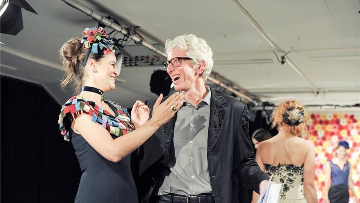 Mannequin Nikolina und Chefdesigner Raphael Blechschmidt freuen sich gemeinsam nach der erfolgreich absolvierten Modeschau. Fotos: Martin Töngi