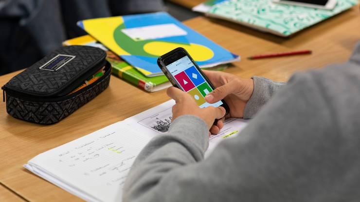 Die Kantone sollen eine Empfehlung zur Handynutzung im Unterricht abgeben, so der Lehrerverband LCH (Symbolbild)