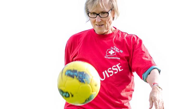 Madeleine Boll jongliert in der Pause des Länderspiels der Schweiz gegen Deutschland in Baden.