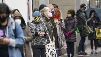 Wähler stehen in der Nähe des Lincoln Center in New York in einer Schlange, um ihre Stimme abzugeben. Nach Angaben des Wahlvorstands haben am Wochenende mehr als 190 000 Menschen in der Millionenmetropole von der Möglichkeit Gebrauch gemacht, ihre Stimme frühzeitig abzugeben. Foto: Frank Franklin II/AP/dpa