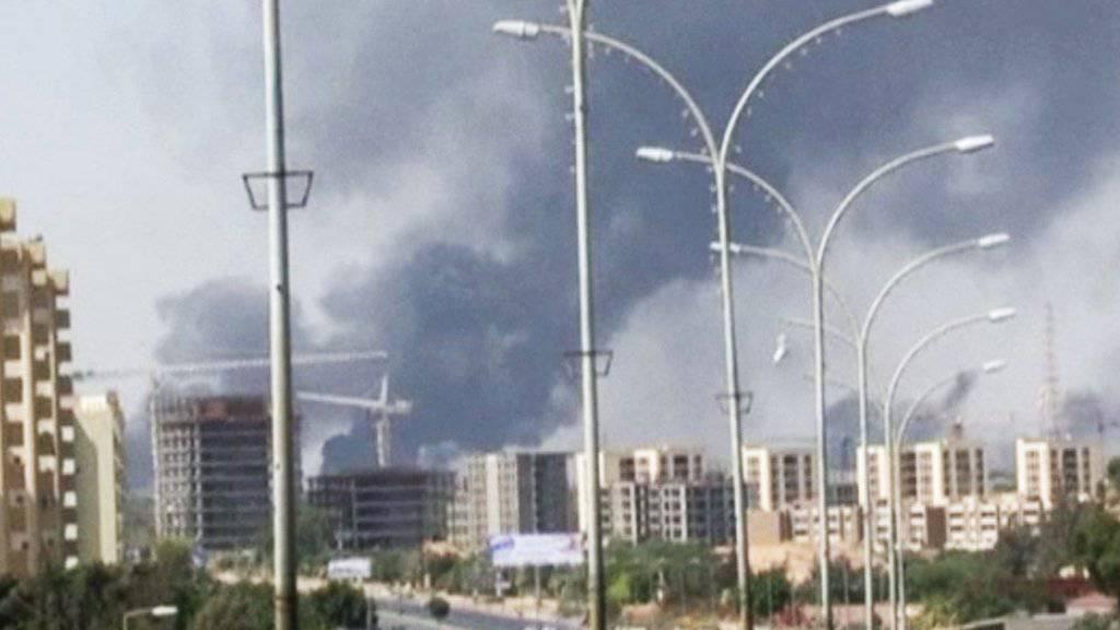 Erneut Rauchschwaden am Flughafen von Tripolis: In Libyen ist eine vereinbarte Waffenruhe gebrochen worden. (Archivbild 2014)