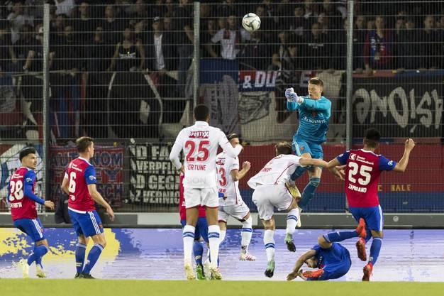 Basels Torhüter Jonas Omlin wehrt den Angriff der Sittener mit den Fäusten ab.