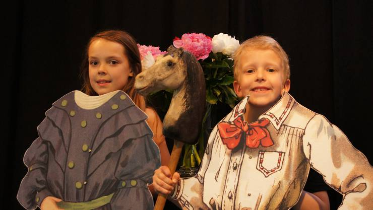 Die beiden Kinder Emma und Jakob führten bei der Modeschau ganz besondere Kleider vor