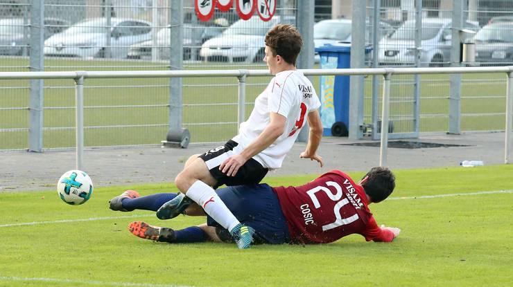 Allschwils Captain Drazen Cosic befreit gegen Pierre Torre