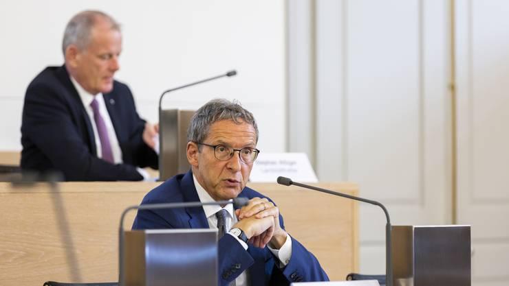 Die Regierungsräte Hofmann und Attiger (im Hintergrund) an der Medienkonferenz zur Aufhebung der Notlage am Mittwoch.