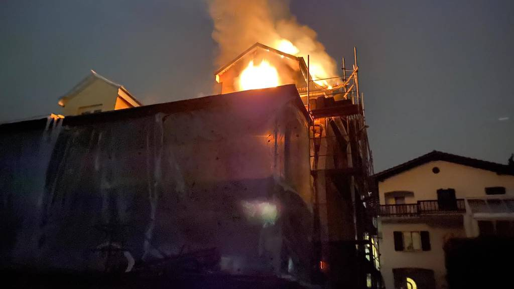 Hausdach in Hägglingen fängt Feuer