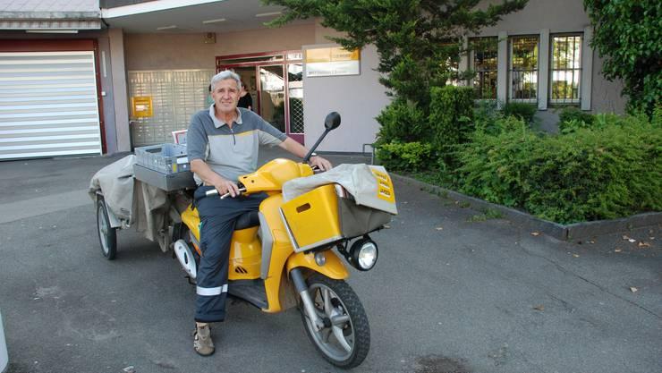 Werner Oggier vor der Poststelle Brunau