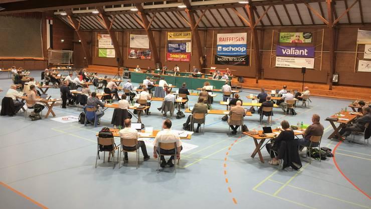 Der Einwohnerrat Baden bei seiner August-Sitzung in der Sporthalle Aue.