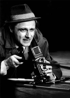 Emil während eines Auftritts 1972 als Amateurfotograf: Anfang der 70er-Jahre füllte er mit seinen Soloprogrammen «Geschichten, die das Leben schrieb», «E wie Emil» und «Emil träumt» alle Theater der Schweiz.