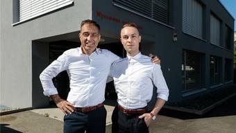 Partnerlook – Rémy und Patric Wyssmann vor Vaters Kanzlei in Oensingen.