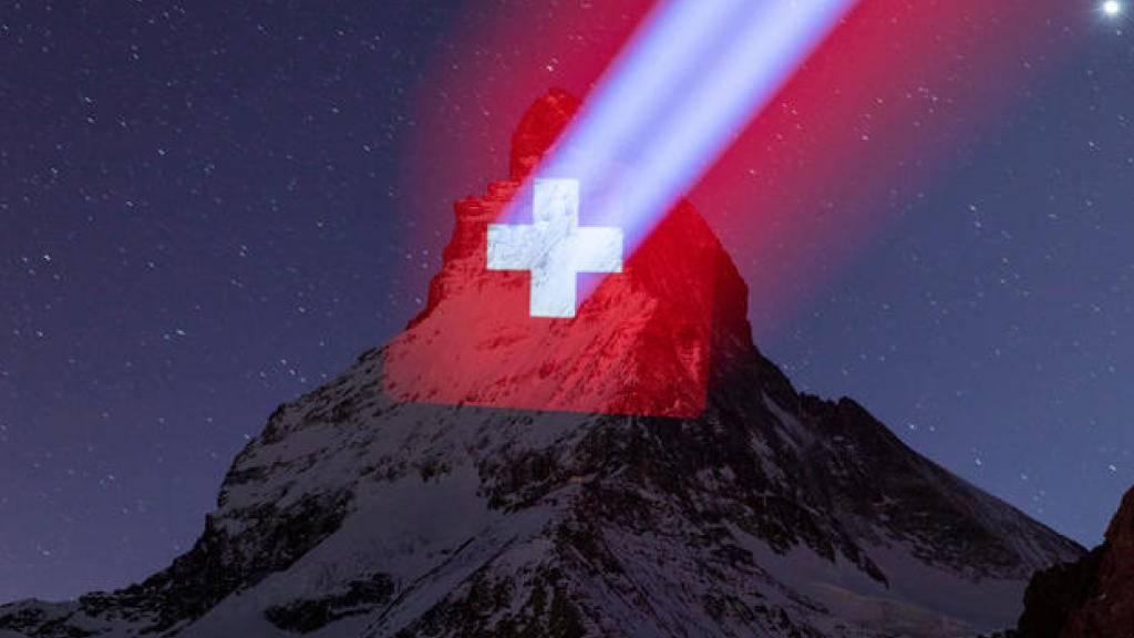 Täglich zwischen Sonnenuntergang und 23 Uhr wird das Matterhorn beleuchtet - als Zeichen der Hoffnung in der Corona-Krise.