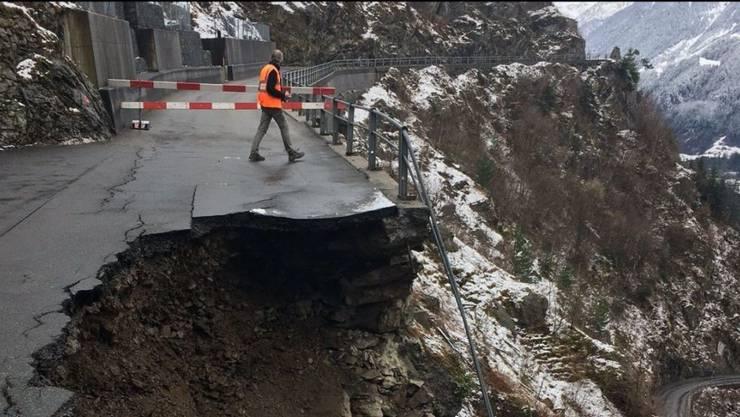Ein Teil der einzigen Strasse zwischen Amsteg und Bristen ist am Sonntag abgerutscht. Die Felsmassen verschütteten das unterhalb der Abbruchstelle gelegene Strassenstück.