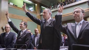 Die neu gewählten Staatsräte Frédéric Favre (FDP), Christophe Darbellay (CVP) und Roberto Schmidt (CVP) wurden trotz der Unregelmässigkeiten vereidigt. (Archivbild)