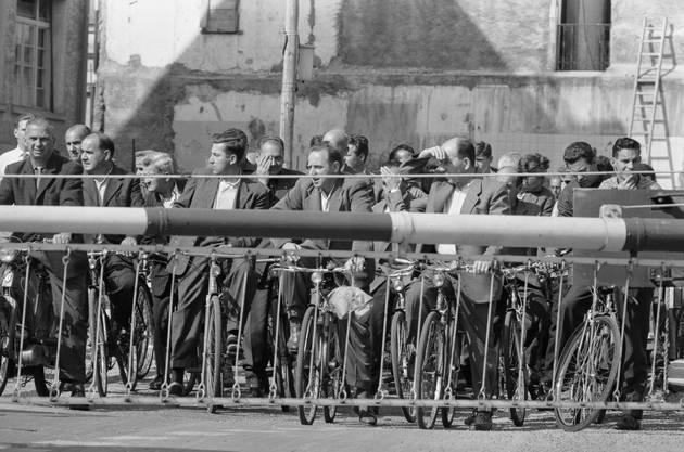 Mit dem Velo über Mittag nach Hause: BBC-Mitarbeiter an der Barriere. Die Velokolonnen stauten sich manchmal von der Badstrasse durch die ganze Altstadt bis zur Barriere am Schulhausplatz.