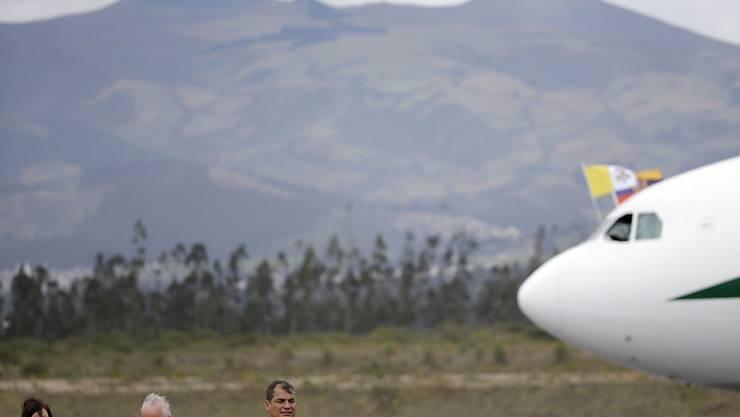 Vom Winde verweht bei der Ankunft in Ecuador: Papst Franziskus und Staatschef Correa
