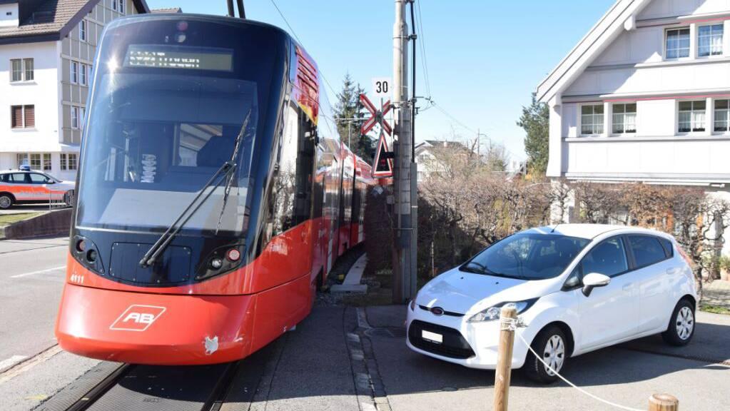 Der Lenker des weissen Personenwagens übersah beim Einbiegen in die St. Gallerstrasse in Speicher AR einen nahenden Zug der Appenzeller Bahn. Es kam zu einer leichten Kollision.
