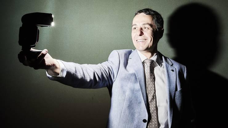 Rückt sich ins gute Licht: Ignazio Cassis (FDP), Kronfavorit auf die Nachfolge von Bundesrat Burkhalter.