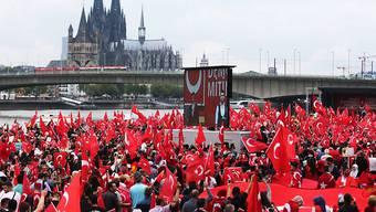 Die Kundgebung in Köln wurde massgeblich von der Union Europäisch-Türkischer Demokraten (UETD) organisiert. Sie steht der AKP nahe, der Partei von Präsident Erdogan.