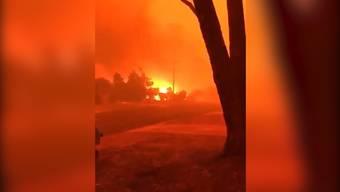 Tausende müssen sich in Mallacoota, östlich von Melbourne, am Strand und auf dem Meer in Sicherheit bringen. Die Feuerfront hat den Ort eingeschlossen.