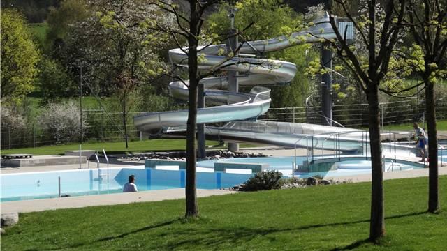 Die Rutschbahn im Freibad stammt aus dem Jahr 2001. Auch im Hallenbad könnte in einigen Jahre eine Rutsche realisiert werden.